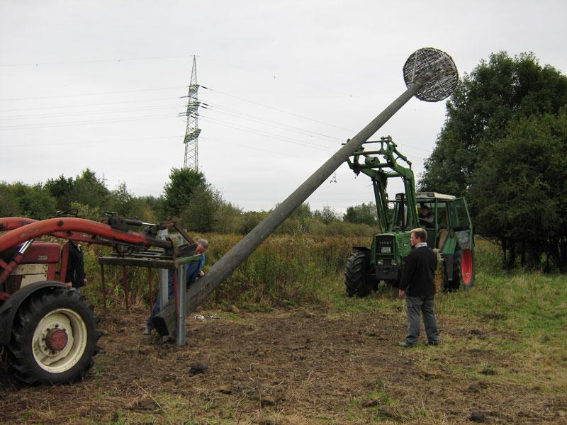 Konrad Linnemann und Team stellen für die Biostation 2009 den ersten Kunsthorst in der Lippeaue am Gersteinwerk in Hamm auf